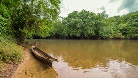 Traditionele boot op de rivier Indonesië in wildernissen royalty-vrije stock foto's