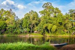 Traditionele boot op de rivier Indonesië in wildernissen stock afbeelding