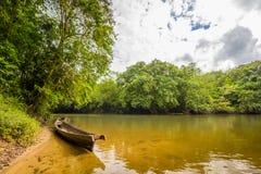 Traditionele boot op de rivier Indonesië in wildernissen stock foto's