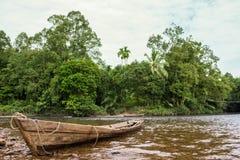 Traditionele boot op de rivier Indonesië in wildernissen royalty-vrije stock afbeeldingen