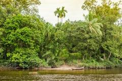 Traditionele boot op de rivier Indonesië in wildernissen royalty-vrije stock fotografie
