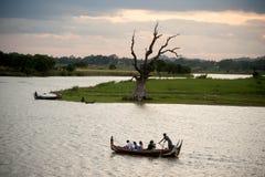 Traditionele boot op het meer dichtbij Brug U -u-bein in Myanmar Royalty-vrije Stock Foto's