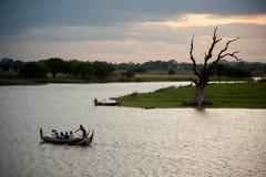 Traditionele boot op het meer dichtbij Brug U -u-bein in Myanmar Stock Afbeeldingen