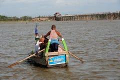 Traditionele boot op het meer dichtbij Brug U -u-bein in Myanmar Stock Foto