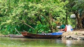 Traditionele boten bij Parfumpagode dichtbij Hanoi stock afbeelding