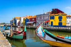Traditionele boten op het kanaal in Aveiro, Portugal De kleurrijke Moliceiro-bootritten in Aveiro zijn populair met toeristen om  royalty-vrije stock afbeelding