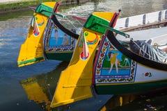 Traditionele botenmoliceiro op hoofdstadskanaal Stock Afbeeldingen