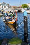 Traditionele botenmoliceiro op hoofdstadskanaal Royalty-vrije Stock Foto's
