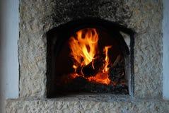 Traditionele brandhoutoven Brandende vlammen in open haard stock foto