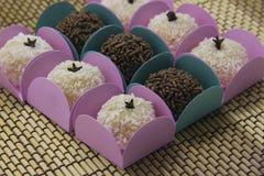 Traditionele Braziliaanse snoepje, brigadeiro en beijinho royalty-vrije stock fotografie