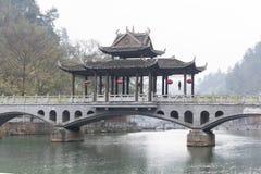 Traditionele brug met pavilon in Fenghuang stock afbeelding