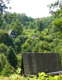 Traditionele buitenhuizen en heuvels in Krzeszna, Kashubian-Gebied, Polen royalty-vrije stock foto's