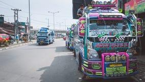 Traditionele bussen die op passagiers bij minibuspost wachten royalty-vrije stock fotografie
