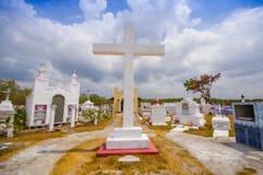 Traditionele cementery door de weg van Stock Foto