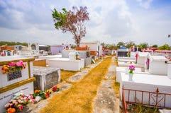 Traditionele cementery door de weg van Royalty-vrije Stock Fotografie