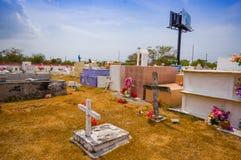 Traditionele cementery door de weg van Royalty-vrije Stock Afbeeldingen