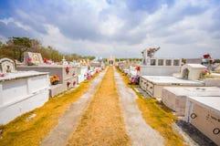 Traditionele cementery door de weg van Stock Foto's