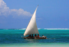 Traditionele Centraalafrikaanse visserszeilboot royalty-vrije stock afbeelding