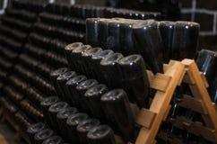 Traditionele Champagne-flessen die voor secundaire fermentat worden gehouden stock afbeelding