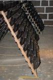 Traditionele Champagne-flessen die voor secundaire fermentat worden gehouden royalty-vrije stock afbeelding
