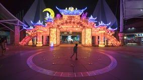 Traditionele Chinese die gateway met kleurrijke verlichting wordt verfraaid Stock Afbeeldingen