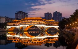 Traditionele Chinese galerijbrug stock foto