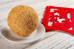Traditionele Chinese gebraden sesambal met een etiket op achter Engelse vertaling van Chinees gelukkig nieuw jaar royalty-vrije stock afbeelding