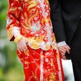 Traditionele Chinese huwelijkskleding en westelijke smoking Royalty-vrije Stock Foto's