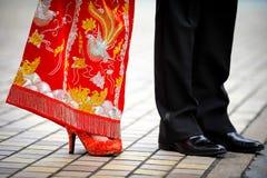 Traditionele Chinese huwelijkskleding en westelijke smoking Stock Foto