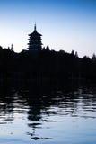 Traditionele Chinese pagode op donkerblauwe avondhemel Royalty-vrije Stock Afbeeldingen