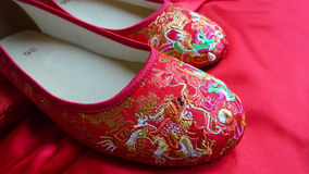 Traditionele Chinese Rode Bruids Schoenen Royalty-vrije Stock Afbeelding