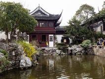 Traditionele Chinese tuin met vijver Royalty-vrije Stock Afbeelding