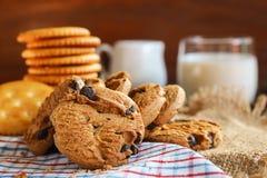 Traditionele chocoladeschilferskoekjes, koekjes en melk op servet Royalty-vrije Stock Foto