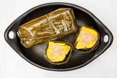 Traditionele Columbiaanse tamale zoals die op ge?soleerde het gebied van Santander wordt gemaakt royalty-vrije stock afbeeldingen
