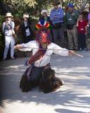Traditionele danser die dichtbij de Stad van Quito, Ecuador, Zuid-Amerika, op 12 Juni, 2016 presteren Stock Foto's