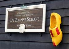 Traditionele de opslag houten schoen van zaanse schans houten schoenen in Nederland Unieke mooie en wilde Europese stad royalty-vrije stock foto's
