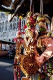Traditionele de winterdecoratie door Kerstmismarkt Stock Foto's