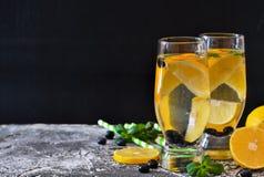 Traditionele de zomerdrank met citroen, bosbes en munt Stock Fotografie