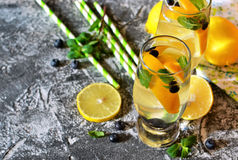 Traditionele de zomerdrank met citroen, bosbes en munt Stock Foto's