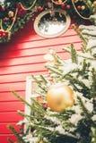 Traditionele decoratieve rode kiosk voor workshop en van verkoop met de hand gemaakte Kerstmis giften Kerstmisdecor Verfraaide Ke royalty-vrije stock afbeelding