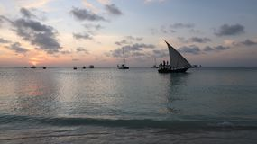 Traditionele Dhow bij zonsondergang in Zanzibar Tanzania stock foto's