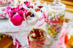 Traditionele die bes cupcakes en suikergoed bij feestelijke celebra wordt gediend stock afbeeldingen