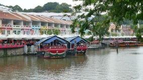 Traditionele die boten op Clarke Quay in Singapore worden vastgelegd stock footage
