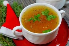 Traditionele die bouillon bij Kerstmisdiner wordt gediend Stock Fotografie