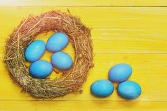 Traditionele die eieren in de blauwe kroon van het kleuren binnen geweven stro worden geschilderd Royalty-vrije Stock Fotografie
