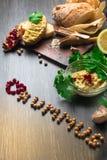 Traditionele die Hummus of houmous, voorgerecht van fijngestampte kekers met tahini, sukade, knoflook wordt gemaakt, olijfolie, p stock afbeeldingen