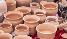Traditionele die kleipotten aan een markt worden blootgesteld Stock Afbeelding