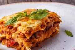 Traditionele die lasagna's met fijngehakte rundvlees bolognese saus worden gemaakt Stock Afbeelding