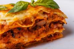 Traditionele die lasagna's met fijngehakte rundvlees bolognese saus worden gemaakt Stock Foto's