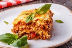 Traditionele die lasagna's met fijngehakte rundvlees bolognese saus worden gemaakt Royalty-vrije Stock Foto's